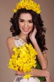 Женщина весны с букетом желтых цветков Стоковая Фотография