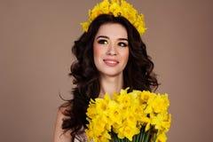 Женщина весны с букетом желтых daffodils Стоковые Фото