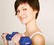 женщина весов пригодности поднимаясь Стоковые Фотографии RF