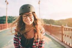 Женщина весьма шлем спорта Каникулы лета активные в городе весьма спорты Стоковое Изображение