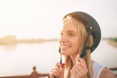 Женщина весьма шлем спорта Каникулы лета активные в городе весьма спорты Стоковое фото RF
