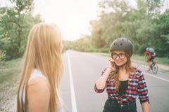 Женщина весьма шлем спорта Каникулы лета активные в городе весьма спорты Стоковое Фото