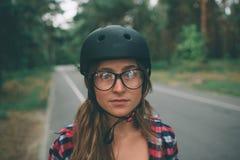 Женщина весьма шлем спорта Каникулы лета активные в городе весьма спорты Стоковые Изображения