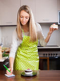 Женщина веся торты Стоковое Изображение RF
