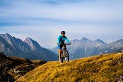 Женщина велосипедиста в mountais высоты Стоковые Фотографии RF