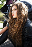 женщина велосипедиста с ее мотоциклом спорта Стоковая Фотография RF