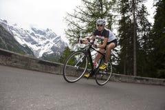 Женщина велосипед - покатый задействовать дороги Стоковые Изображения