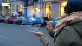 Женщина взаимодействует hologram HUD со старым ноутбуком сток-видео