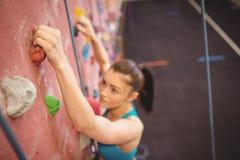 Женщина взбираясь вверх стена утеса Стоковая Фотография RF