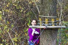 Женщина взбираясь в парке приключения Стоковые Изображения RF