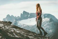 Женщина взбираясь к саммиту горы Стоковая Фотография RF
