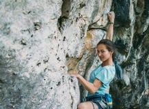 Женщина взбираясь стена утеса Стоковое Фото