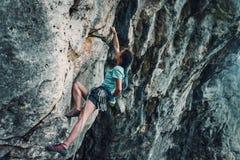 Женщина взбираясь стена утеса Стоковая Фотография