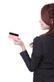 женщина взгляда со стороны удерживания кредита визитной карточки Стоковая Фотография
