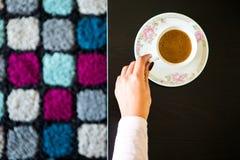 Женщина взгляд сверху держа кружку кофе Стоковые Изображения RF