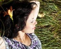 женщина взрослого поля зеленая отдыхая Стоковые Фото