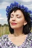 женщина взрослого поля зеленая отдыхая Стоковые Изображения