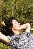 женщина взрослого поля зеленая отдыхая Стоковая Фотография