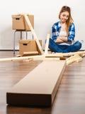 Женщина двигая внутри с винтами и частями мебели стоковая фотография rf