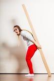 Женщина двигая в квартиру нося тяжелую коробку стоковые изображения rf
