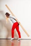 Женщина двигая в квартиру нося тяжелую коробку стоковое фото