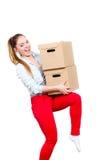Женщина двигая в коробки нося многоквартирного дома стоковые фото