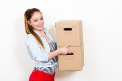Женщина двигая в коробки нося многоквартирного дома стоковые фотографии rf