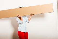 Женщина двигая в коробку нося квартиры стоковое фото