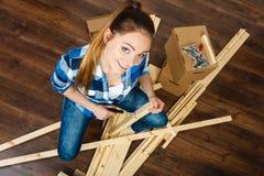 Женщина двигая в мебель собрания квартиры Стоковые Изображения RF