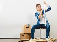 Женщина двигая в мебель собрания квартиры Стоковая Фотография