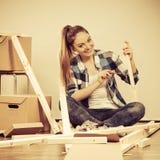 Женщина двигая в мебель собрания квартиры Стоковое фото RF