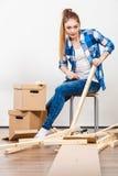 Женщина двигая в мебель собрания квартиры Стоковые Фотографии RF