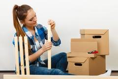 Женщина двигая в мебель собрания квартиры Стоковое Изображение RF
