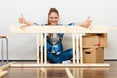 Женщина двигая в мебель собрания квартиры Стоковые Изображения