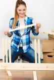 Женщина двигая в мебель собрания квартиры Стоковая Фотография RF