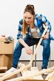 Женщина двигая в мебель собрания квартиры Стоковое Изображение