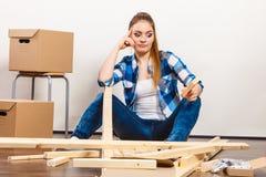 Женщина двигая в мебель собрания квартиры Стоковое Фото