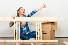 Женщина двигая в мебель собрания квартиры Стоковые Фото
