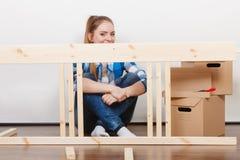 Женщина двигая в мебель собрания на новом доме Стоковое Фото