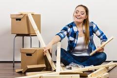Женщина двигая в многоквартирный дом стоковое фото