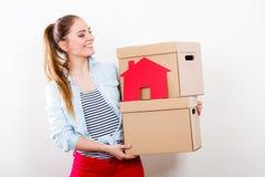 Женщина двигая в дом с коробками и бумажным домом стоковые фотографии rf