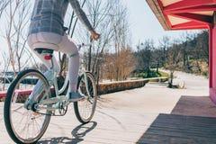 Женщина вид сзади на велосипеде на парке стоковые фотографии rf