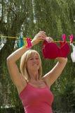 Женщина вися вне ее стирку Стоковые Фотографии RF