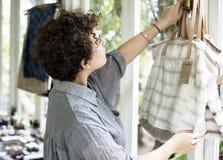 Женщина вися некоторые сумки для продажи Стоковые Изображения