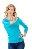 Женщина вид спереди нажимая мнимую кнопку Стоковые Фото