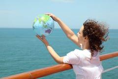 женщина вкладыша удерживания глобуса палубы круиза Стоковые Изображения RF