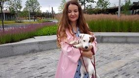 Женщина вместе с собакой в парке видеоматериал