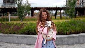 Женщина вместе с собакой в парке сток-видео