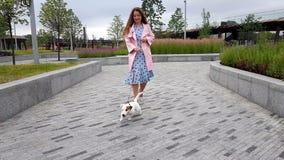Женщина вместе с собакой в парке акции видеоматериалы