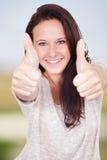 Женщина внешня и счастлива Стоковая Фотография
